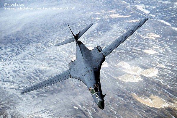 Бомбардировщик-ракетоносец Б-1 в полете на малой высоте.